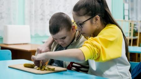 Победителем в номинации «Лучшие добровольческие практики» стал проект «Ребята-поварята». Целью проекта является адаптация людей с инвалидностью.