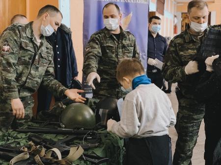 Сегодня в Дворце молодежи прошла выставка: «Современное вооружение и боевая техника», посвященная Дню защитника Отчества