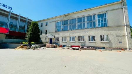 Ремонт фасада здания Дворца молодёжи в самом разгаре.