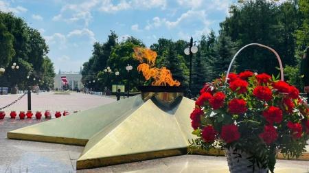 Церемония возложения цветов к Вечному огню на Мемориальном ансамбле Воинской Славы