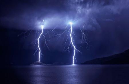 Молния – это искровой разряд электростатического заряда кучевого облака, сопровождающийся ослепительной вспышкой  и резким звуком (громом).